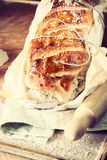 Lantligt hemlagat bröd som fotograferas under naturligt l Fotografering för Bildbyråer