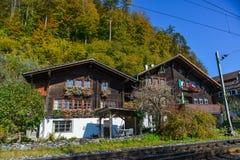 Lantligt hus i Brienz, Schweiz fotografering för bildbyråer