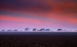 Lantligt hus i dimman Royaltyfria Bilder