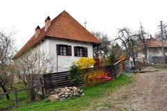 Lantligt hus i en Transylvanian by Arkivbilder