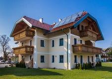 Lantligt hus i Salzburg Österrike Arkivbild