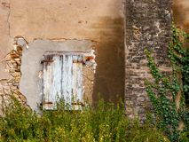 Lantligt hus med det försämras fönstret royaltyfria foton