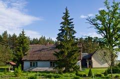 Lantligt hus med gröna träd i Polen fotografering för bildbyråer