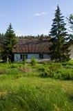 Lantligt hus med gröna träd i Polen royaltyfria foton