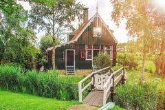 Lantligt hus och bro - Zaanse Schans, Nederland Royaltyfri Fotografi