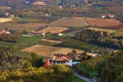 Lantligt hus och höstliga fält i Italien. Arkivfoto