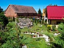 Lantligt hus och trädgård Royaltyfria Bilder
