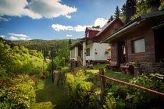 Lantligt hus på gammal gruvarbetareby i mellersta Europa arkivfoton