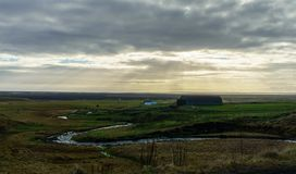 Lantligt hus på prärien i Island nära Vik arkivbild