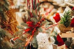 Lantligt julträd med leksaker på fönster i europeisk stadsstre arkivbilder