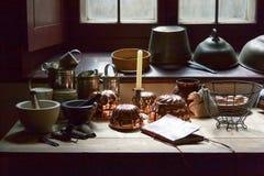 Lantligt kök med fönstret och Kitchenware royaltyfri fotografi