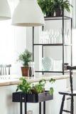 Lantligt kök med träcountertopen fotografering för bildbyråer