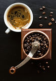Lantligt kaffe maler och koppen kaffe Royaltyfria Foton