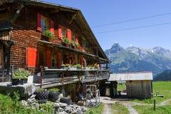 Lantligt landskap över Engelberg på de schweiziska fjällängarna Arkivbilder
