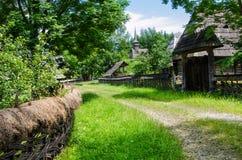 Lantligt landskap av en gammal vilage i Maramures arkivfoto