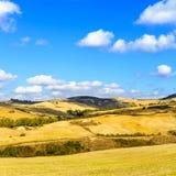 Lantligt landskap av Tuscany nära Volterra, Italien. royaltyfri fotografi