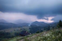 Lantligt landskap för berg i åskväder Arkivfoto