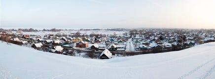 Lantligt landskap för härlig vinter. Sol- väder. Royaltyfria Bilder
