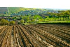 Lantligt landskap i bygd i södra Moravia Arkivfoton