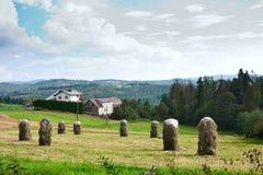 Lantligt landskap med buntar av mejat hö mot bakgrunden av berg västra Carpathians royaltyfria bilder