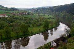 Lantligt landskap med hus. flod och skog i den tjeckiska republiken Royaltyfri Bild