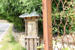 Lantligt landskap med den gamla kloster i Rumänien Royaltyfria Foton