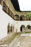 Lantligt landskap med den gamla kloster i Rumänien Royaltyfri Foto