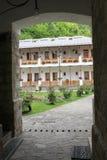 Lantligt landskap med den gamla kloster i Rumänien Fotografering för Bildbyråer