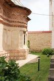 Lantligt landskap med den gamla kloster i Rumänien Arkivfoto