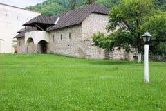Lantligt landskap med den gamla kloster i Rumänien Royaltyfri Fotografi
