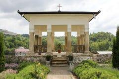 Lantligt landskap med den gamla kloster i Rumänien Arkivbilder