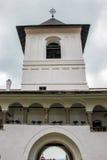 Lantligt landskap med den gamla kloster i Rumänien Royaltyfria Bilder