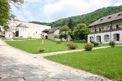 Lantligt landskap med den gamla kloster i Rumänien Arkivbild