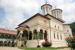 Lantligt landskap med den gamla kloster i Rumänien Arkivfoton