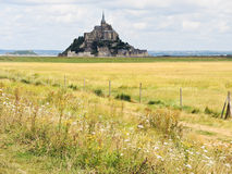 Lantligt landskap med den monthelgon-michel abbotskloster Royaltyfri Foto