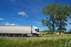 Lantligt landskap med den vita lastbilen på vägen Arkivbilder