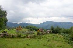 Lantligt landskap med det gamla hushållet i Rumänien Royaltyfria Bilder