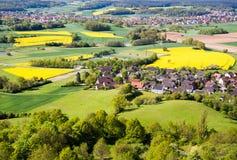 Lantligt landskap med en by i Franconia Arkivfoton