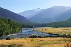 Lantligt landskap med floden i Nya Zeeland Arkivfoto