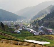 Lantligt landskap med hus och berg. Royaltyfri Fotografi