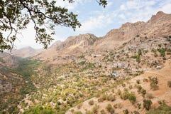 Lantligt landskap med lera- och tegelstenhus i bergby Royaltyfria Bilder