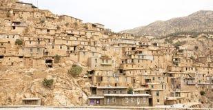 Lantligt landskap med lera- och tegelstenhus i bergby Fotografering för Bildbyråer