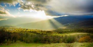 Lantligt landskap med solstrålar Arkivfoto
