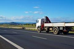 Lantligt landskap med vägen och flyttninglastbilen Fotografering för Bildbyråer