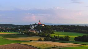 Lantligt landskap på den Andechs kloster, Bayern, Tyskland stock video