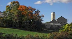Lantligt lantbrukarhem i höst Royaltyfria Foton