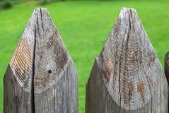 Lantligt plank från journaler mot gräset arkivfoton