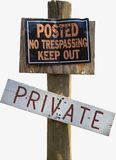 Lantligt privat inget inkräkta tecken på den Wood stolpen Royaltyfri Fotografi