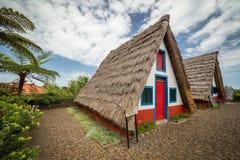 Lantligt raditionalhus av madeiran som lokaliseras i Santana Royaltyfria Bilder