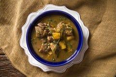 Lantligt ragukött med kassava kallade den Vaca atoladaen i Brasilien Arkivfoton